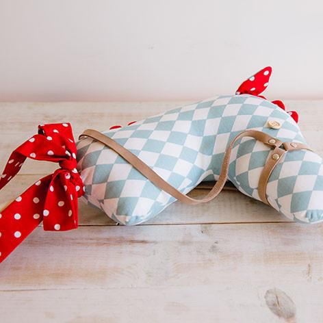 cavalo de pau de brincar em tecido azul e vermelho