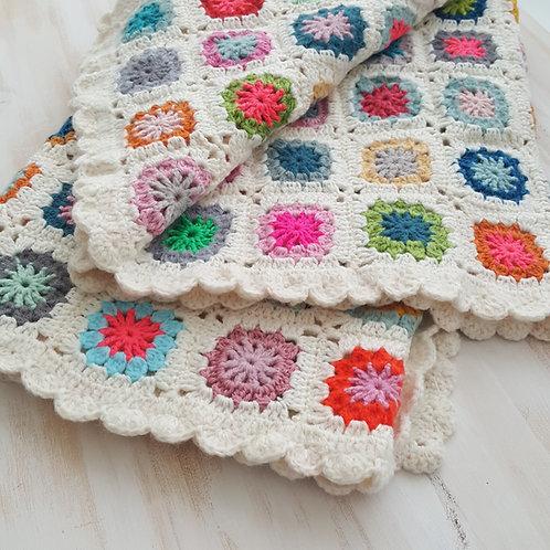 """Manta de bébé """"granny squares"""" multicolorida"""