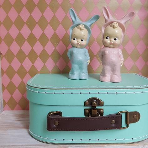 bonecos mini lapin azul e rosa com orelhas de coelho e maleta antiga azul