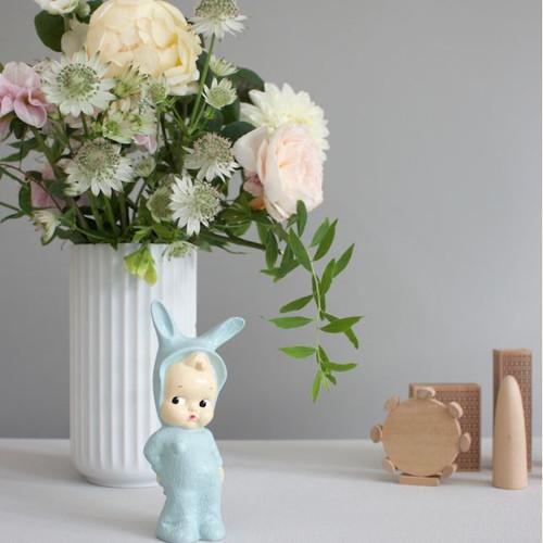 boneco mini lapin azul e vaso de flores