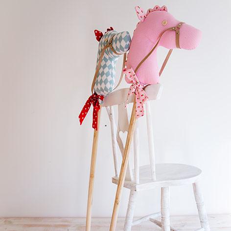 cavalos de pau de brincar  ou decorativos em tecido rosa e azul decoração de quarto de crianças