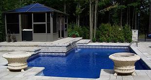 Contour de piscine et lame d'eau