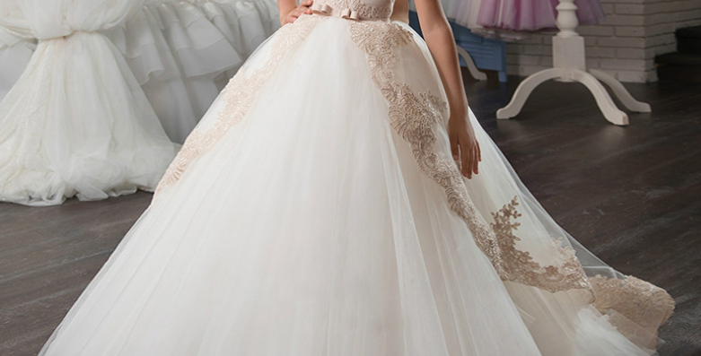 Lace princess dress with pompadour