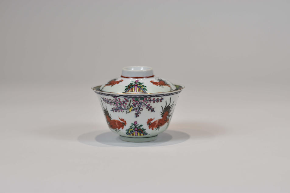 Guangcai covered tea bowl with painted and stampeddecoration of fighting cocks