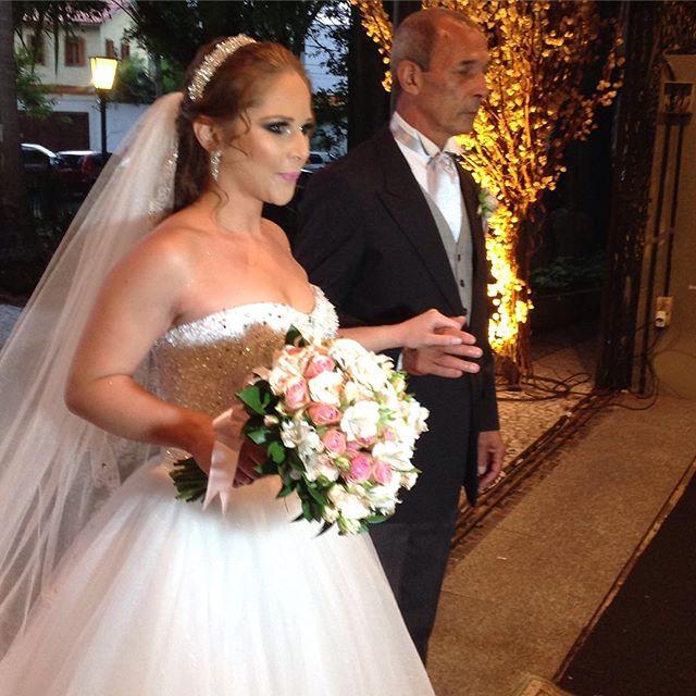 Noiva lindíssima _ka_markes com seu pai na entrada da nave