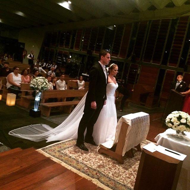Noivos lindos no altar da Igreja _ka_markes  e mayko