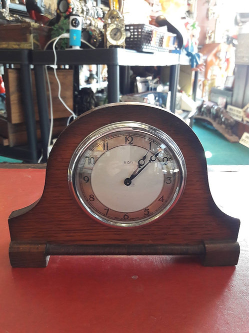 Small vintage 8 day wind up clock.