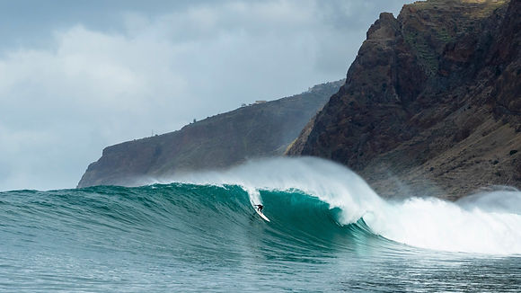 F20-Wetsuits-Surf-mackinnon_a_0514-16x9-