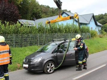 Auto stürzte über Mauer