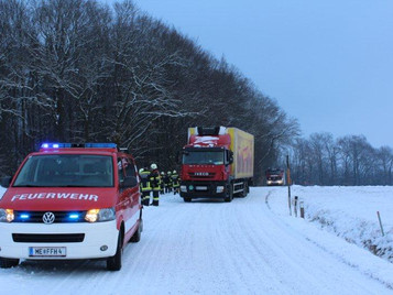 Lastwagen blieb am Sooßer-Berg hängen