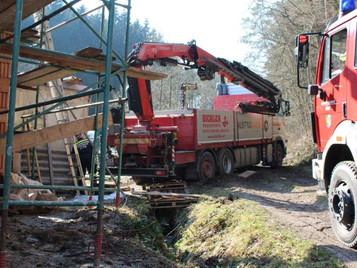 LKW versank bei Baustellenanlieferung im weichen Boden
