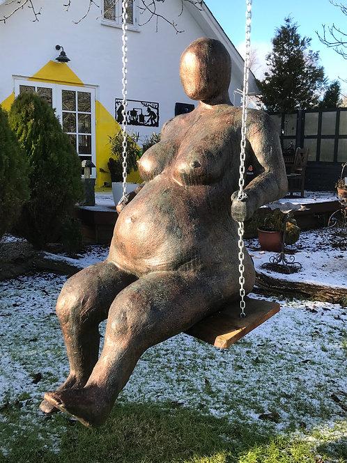 Skulptur, kvinde på gynge.