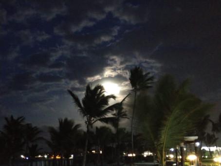 Tá vendo aquela lua que brilha lá no céu...