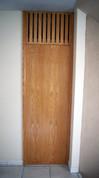 Puerta falsa con rendijas para ventilación