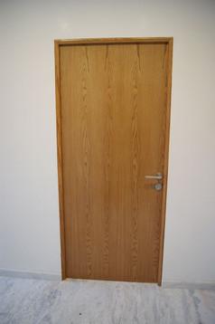 Vista frontal de puerta en madera