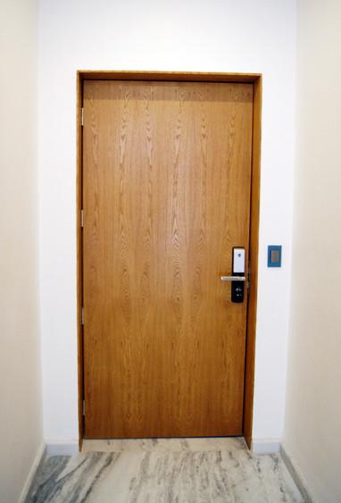 Puerta principal en madera de encino