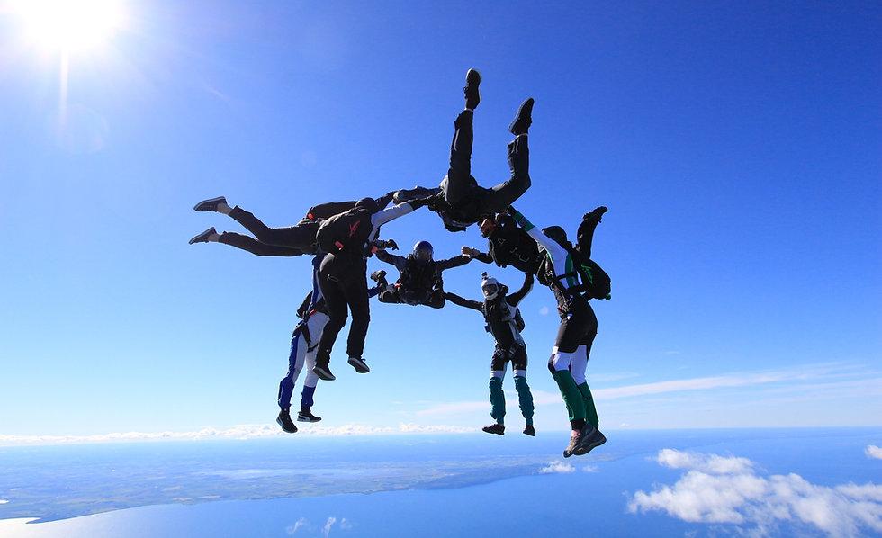 Välkommen till Fallskärmsklubben Aros i Västerås. Besök oss som gästhoppare, hoppa tandem eller gå en kurs och lär dig att hoppa själv.
