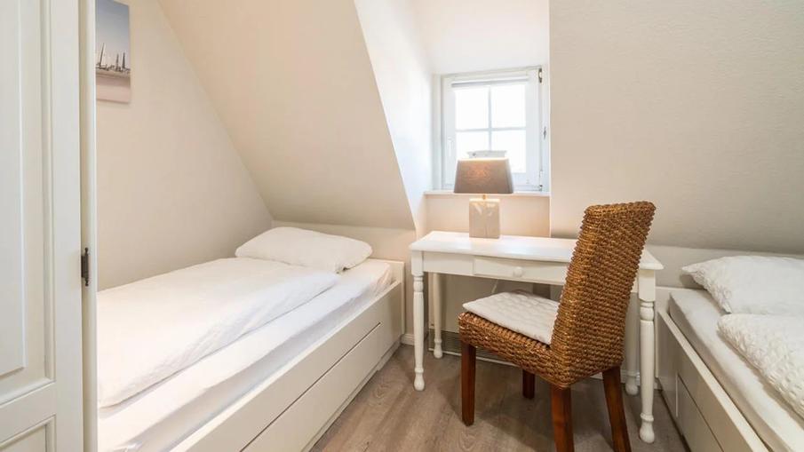 Ferienwohnung Watt-Gold in St. Peter-Ording - Hundeurlaub unter Reet Schlafzimmer mit zwei Einzelbetten
