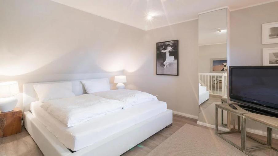 Ferienwohnung Watt-Gold in St. Peter-Ording - Hundeurlaub unter Reet Schlafzimmer mit Doppelbett und TV