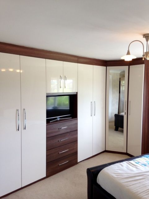 Fitted bedroom - high gloss, walnut