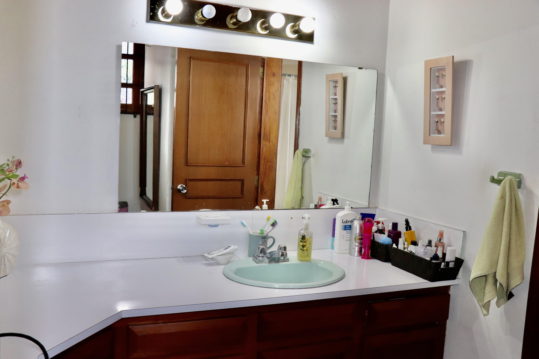 ESA0204 Casa en Venta o Alquiler ideal para Oficinas parte media Escalon baño