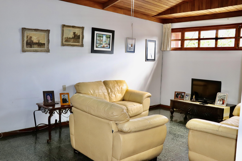 ESA0204 Casa en Venta o Alquiler ideal para Oficinas parte media Escalon sala