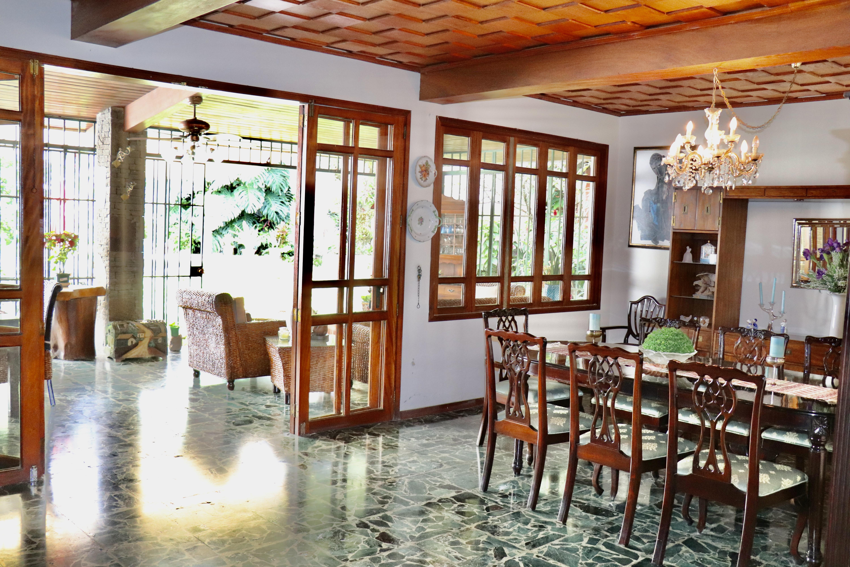 ESA0204 Casa en Venta o Alquiler ideal para Oficinas parte media Escalon comedor