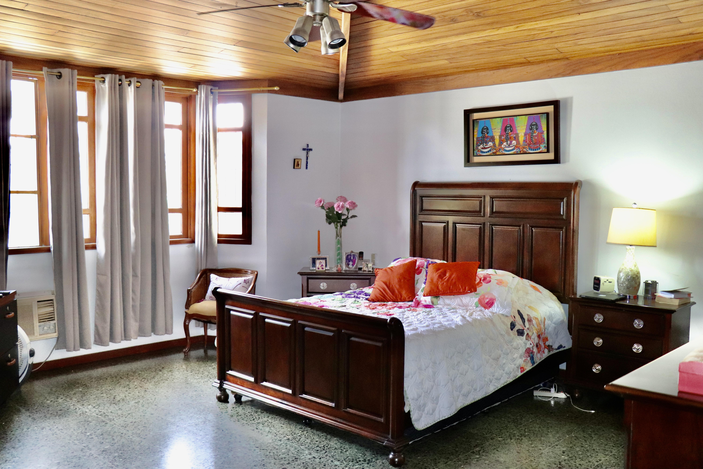 ESA0204 Casa en Venta o Alquiler ideal para Oficinas parte media Escalon habitacion 1