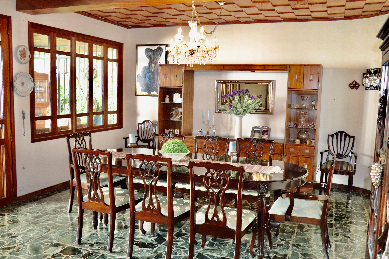 ESA0204 Casa en Venta o Alquiler ideal para Oficinas parte media Escalon comedor 2