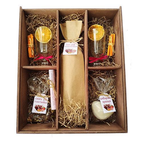 Глинтвейн с двумя бокалами в деревянном ящике