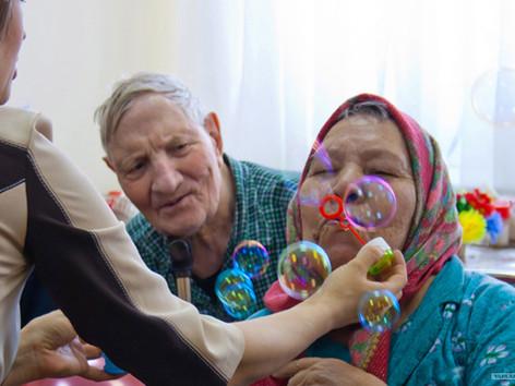 Минтруд России направил в регионы методические рекомендации по уходу за ослабленными пожилыми людьми