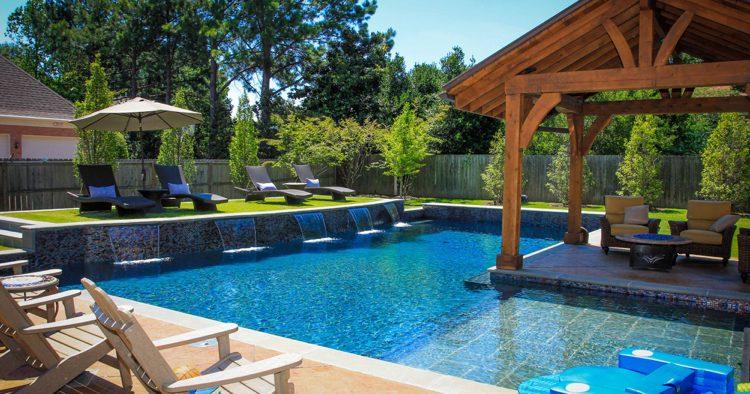 amenagement-jardin-paysager-autour-piscine-jeunes-arbres-gazon.jpg