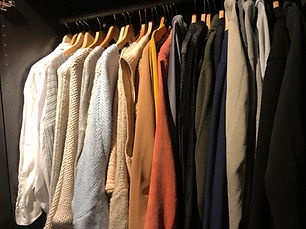 Kleding in de kledingkast netjes op kleur gesorteerd.Kledingkast samen opruimen, daarna op kleur hangen en kleding die je niet draagt verkopen of weggeven.