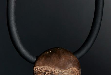 Collier tour de cou  Galet (diam 5cm environ) Grès poli et enfumé en cuisson primitive, décor dentelle relief