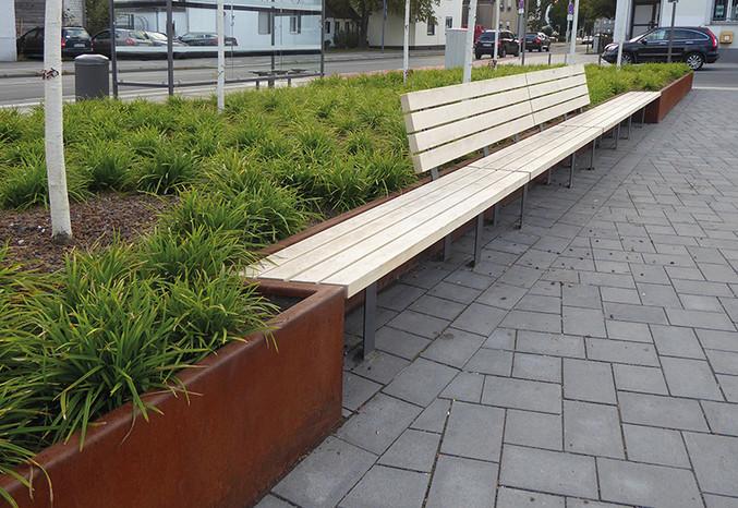 CONTURA in Cortenstahl mit Auflage Holz in urbaner Ausführung