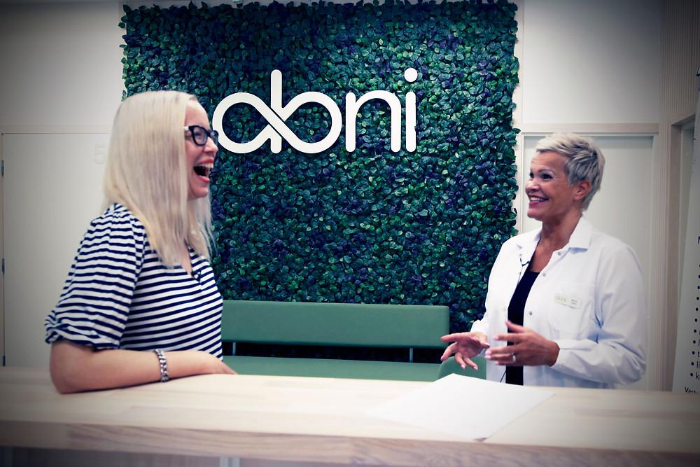 Oloni-klinikka, Mona Leino ja Johanna Koivu. Kuva: Antti Liinpää