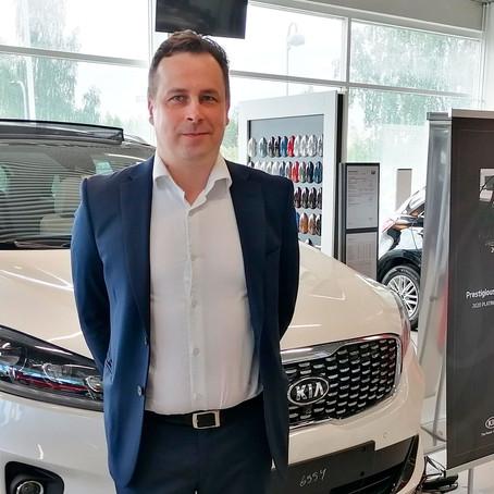 Automyyjä Eero Veikkola myy satoja uusia Kia-autoja vuodessa – näin hän sen tekee!