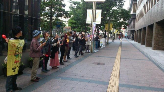 沿道からの声援も!2014年5月15日 九電本社前抗議