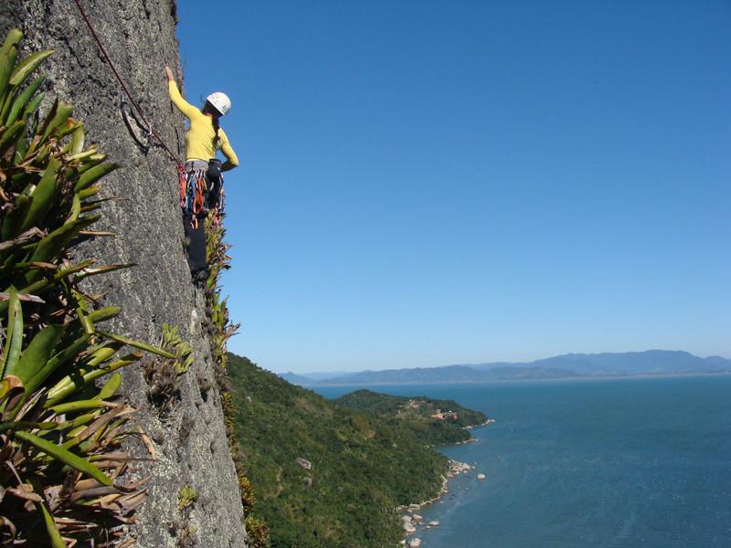 Escalada no Morro do Boi em Mariscal, Bombinhas. Via Vaca Atolada 7a