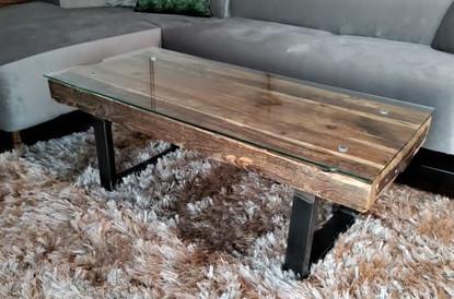 Rustikaler Couchtisch/Tisch aus Altholz/Holzpfosten