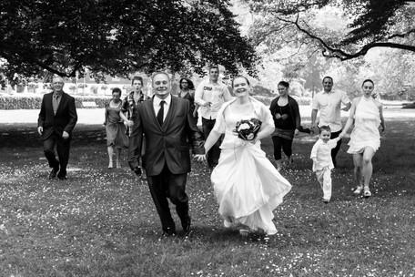 la famille cours après les mariés