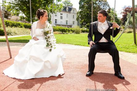 photo de mariage avec des balançoires