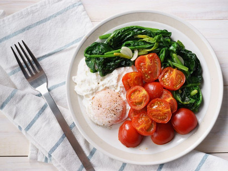 RECIPE: FRIED EGGS WITH BROILED TOMATOES