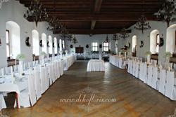 Białe pokrowce na_krzesła