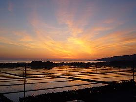 両津湾夜明け 朱鷺が見られる しいざき温泉 佐渡の朝日