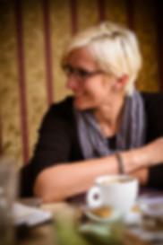 Karla Šlechtová v kavárně