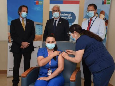 Funcionarios de UCI público y privadas de Puerto Montt, Osorno y Castro se suman a vacunación