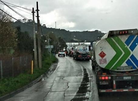 Distribución de combustible en Calbuco, podría verse afectada por bloqueos de camioneros.