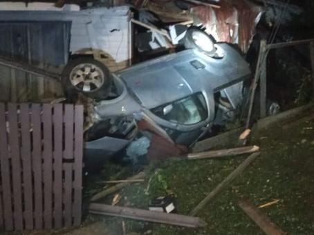 Accidente de tránsito provoca daños en vivienda en pleno centro de Frutillar