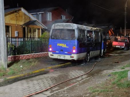 Incendio afectó a mini bus de la empresa Fresia express